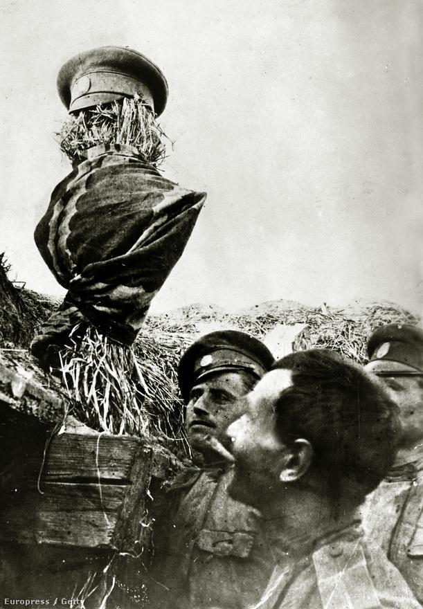 Orosz katonák dugnak ki a lövészárokból egy egyenruhába öltöztetett szalmabábút, hátha a német katonák elvesztegetnek néhány lőszert az óvatlan katonának hitt csalira. A lövészárkok sokszor olyan közel voltak egymáshoz, hogy egy ilyen nyilvánvaló átverést nehezebb volt igazi katonának hinni, mint csípőből eltalálni.