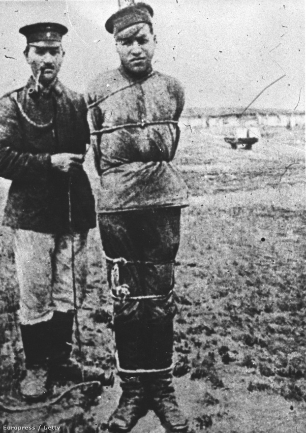 Orosz hadifogoly valahol Németrszágban, 1914-ben.1918 októberére 1 434 529 orosz hadifogoly került a német táborokba, akik közül sokan a háború után még évekkel is Németországban éltek. Az 1922-es népszámlálás volt az első olyan, ahol már nem tízezrek vallották magukat orosz hadifogolynak, pedig az 1918 márciusában kötött breszt-litovszki béke már lehetővé tette volna a foglyok hazatérését. Az akkori vélemények szerint az oroszországi forradalom miatt az ország egyszerűen képtelen volt ekkora embertömeget gyorsan visszafogadni.