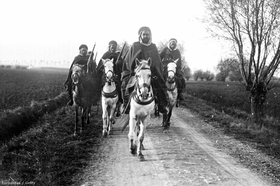 A francia gyarmati hadsereg szpáhi-ezredének tagjai valamikor 1914-ben, valószínűleg Marokkóban. Onnan lehet sejteni, hogy még a háború elején járunk, hogy a lövészárkos hadviselés térnyerésével a lovas egységek is a földre, vagyis inkább az alá kényszerültek.