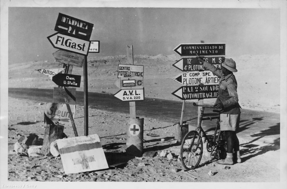 Olasz és német nyelvű útjelzők valahol az afrikai sivatag kellős közepén, 1915 körül.
