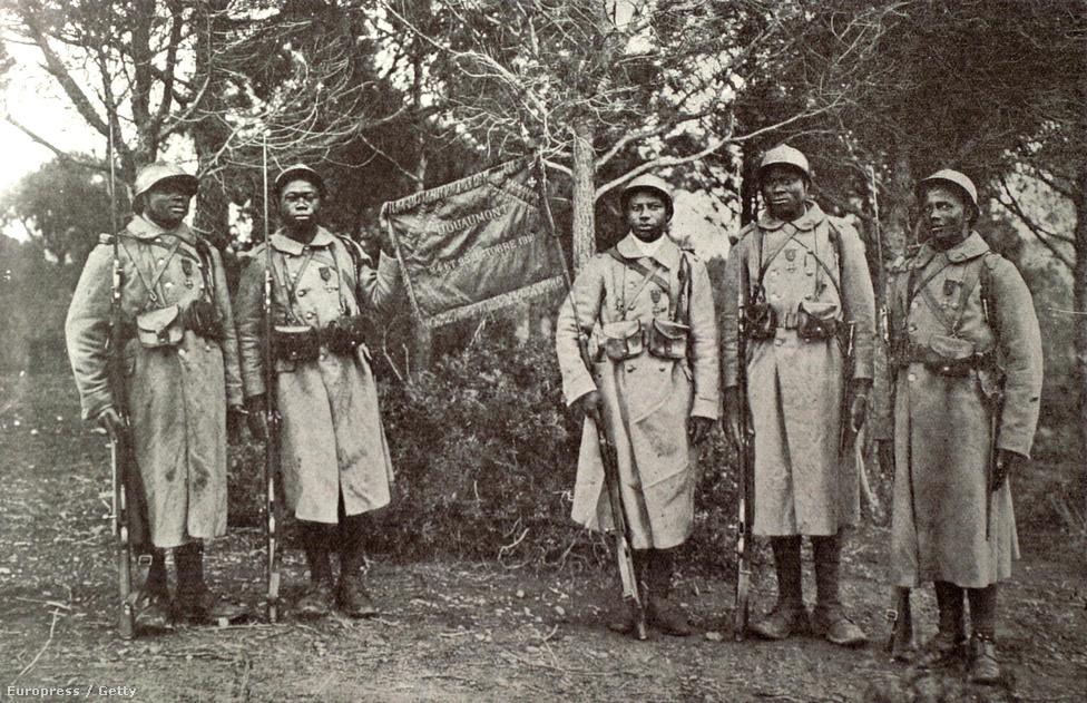 A francia hadsereg 43. zászlóaljának szenegáli nemzetiségű katonái, mellükön az egységszinten kapott hősi kitüntetés, a fourragerre. Ezt a fajta, nem egyénileg, hanem osztagként kiérdemelt kitüntetést még Napóleon hadseregében vezették be, ahol látták, hogy az egyénileg kitüntetett katonák hősiességének emléke hamar eltűnik, ha azt csapatszinten nem jelzik valahogy. Így alakultak ki azok a jelzések, amikkel az egység helytállását jelezni tudták, míg azok a katonák, akik az adott ütközetben jelen voltak, egyénileg is viselhető kitüntetést is kaptak.