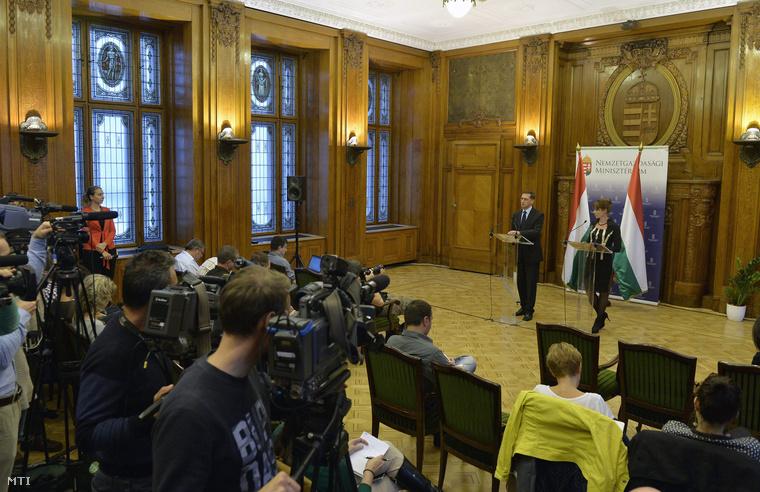 Varga Mihály nemzetgazdasági miniszter és Kurucz Éva kormányszóvivő a kormány 2015. évi adótörvény-javaslatáról tartott kormányszóvivői tájékoztatón