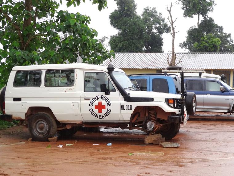 Megtámadták az epidemiológus kocsiját