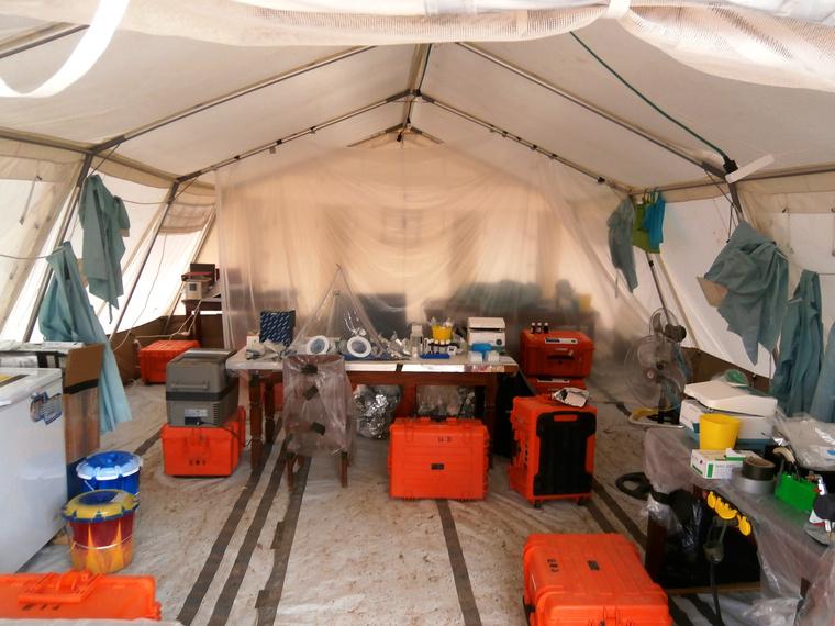 Az előző csapat sátrai, narancssárga dobozokban a mobillaboratóriumi kellékek