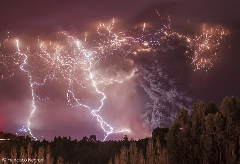 Szerencsétlen Danténak még 14 235 soron át kellett részleteznie az Isteni színjátékban, hogy mi a pokol. Ehhez képest Francisco Negroninak csak el kellett utaznia a chilei Puyehue-Cordón Caulle vulkánhoz, amikor az kitört,                          és lefotóznia, ahogy a pokoli vihar villámai az olvadó lávába csapkodnak, miközben egy öblös füstoszlop emelkedik az égig. Persze, ez nem ilyen egyszerű: a vulkanikus villám igen ritka természeti jelenség. Ilyenkor a vulkanikus hamufelhő a tornádókhoz hasonló módon forog, így a víztölcsérekhez vagy a forgószelekhez hasonlóan hozhatja létre a villámokat előidéző töltést.