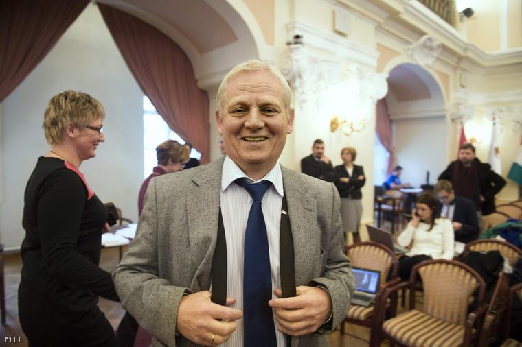 Tarlós István főpolgármester a Fővárosi Közgyűlés ülésének szünetében a Városháza dísztermében 2013. december 11-én.
