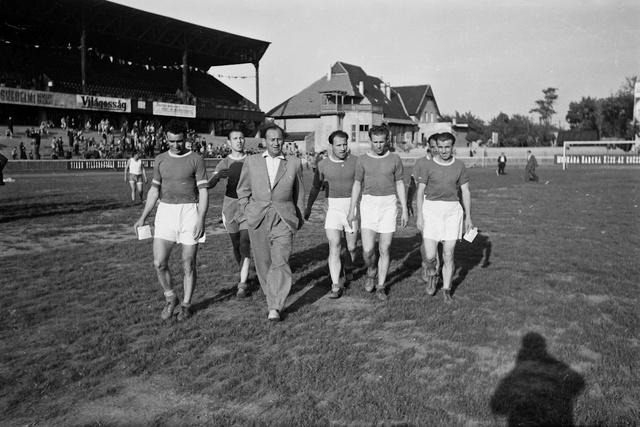 MTK futballisták, balról jobbra Gellér, Kovács I, Kovács II, Hidegkúti, Mészáros, Bosánszky, civilben Bukovi Márton edző. (1949)