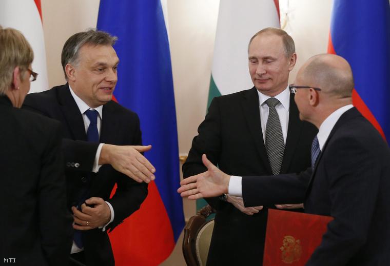 Orbán Viktor és Szergej Kirijenko a Roszatom elnöke (j) kezet fog Vlagyimir Putyin orosz államfő társaságában miután aláírták a nukleáris energia békés felhasználásában való együttműködésről született megállapodást