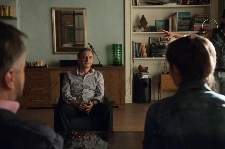 Dargay szobáját a főhőst alakító színész édesapjának, Mácsai Istvánnak a képei díszítik