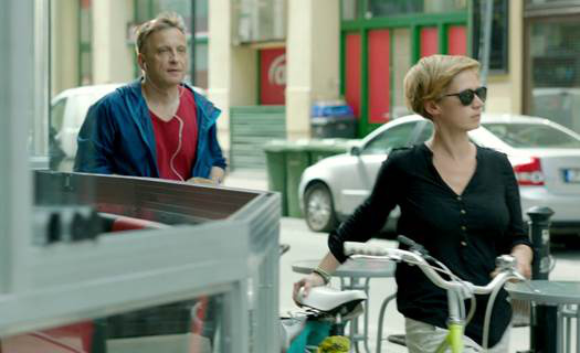 Nagypál Orsolya a bringáját tolja