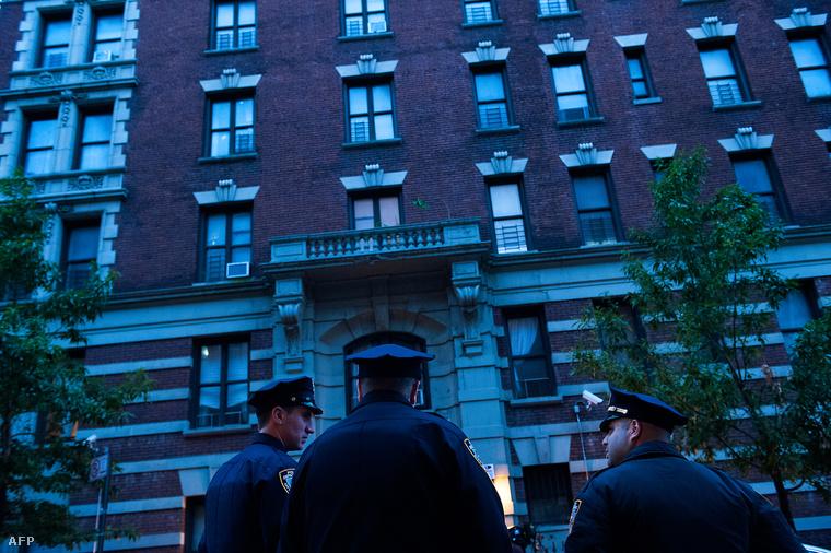 Rendőrök állnak a bérház előtt, ahol Craig Spencer, az ebolával fertőzött orvos él New Yorkban, 2014. október 23-án.