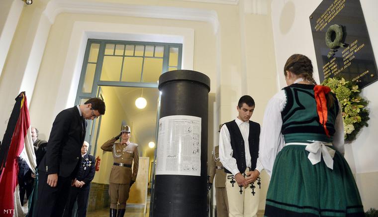 Gulyás Gergely az Országgyűlés fideszes alelnöke koszorút helyez el a műszaki egyetem '56-os hősi halottjainak emléktáblájánál a Budapesti Műszaki és Gazdaságtudományi Egyetem aulájában rendezett emlékünnepség után az egyetemen 2014. október 22-én.