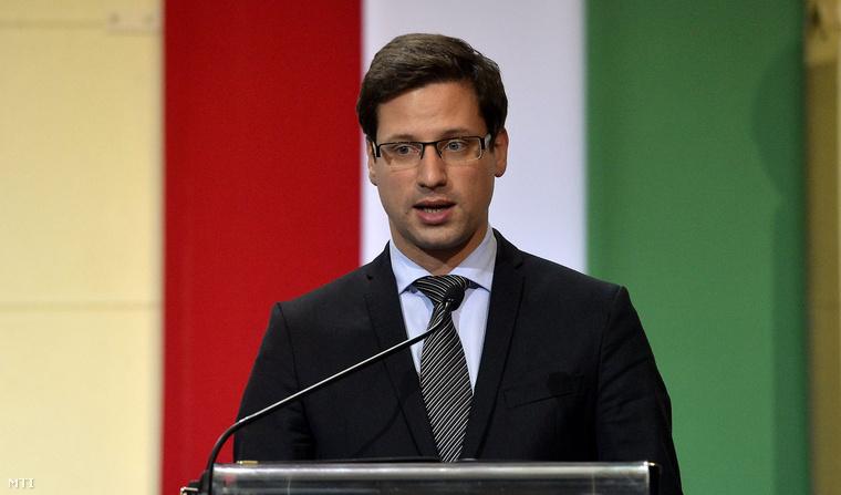 Gulyás Gergely az Országgyűlés fideszes alelnöke beszédet mond az emlékünnepségen a Budapesti Műszaki és Gazdaságtudományi Egyetem aulájában 2014. október 22-én.