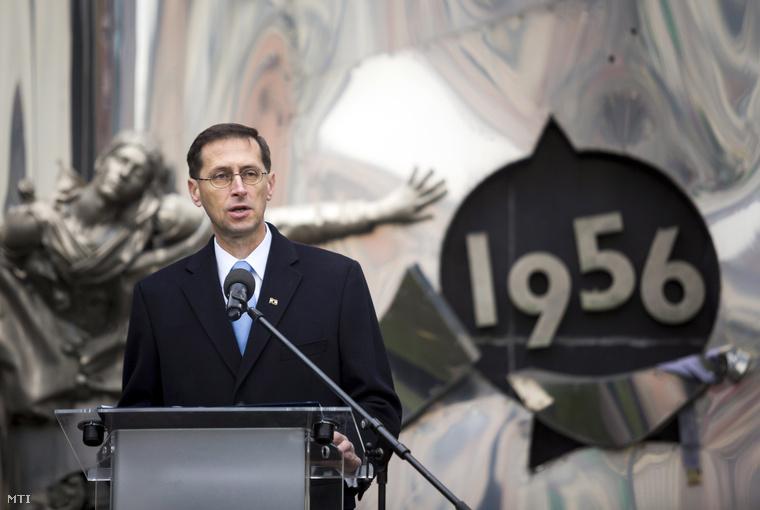 Varga Mihály nemzetgazdasági miniszter beszédet mond a Széna téri 1956-os emlékműnél tartott ünnepi megemlékezésen az '56-os forradalom és szabadságharc emléknapján 2014. október 23-án.