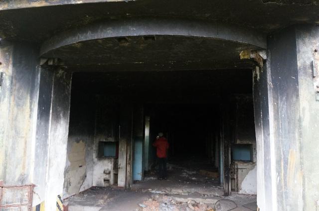 Három ajtó védte magát a raktárat, az első egy csúszóajtó-pár, a második és harmadik pedig masszív, betonnal kiöntött, ívelt acélkapu. Jól látszik tető ívén, hová csukódtak. Kifelé nyíltak, íbeltségük miatt még inkább állták az esetleges kinti robbanás lökéshullámát.