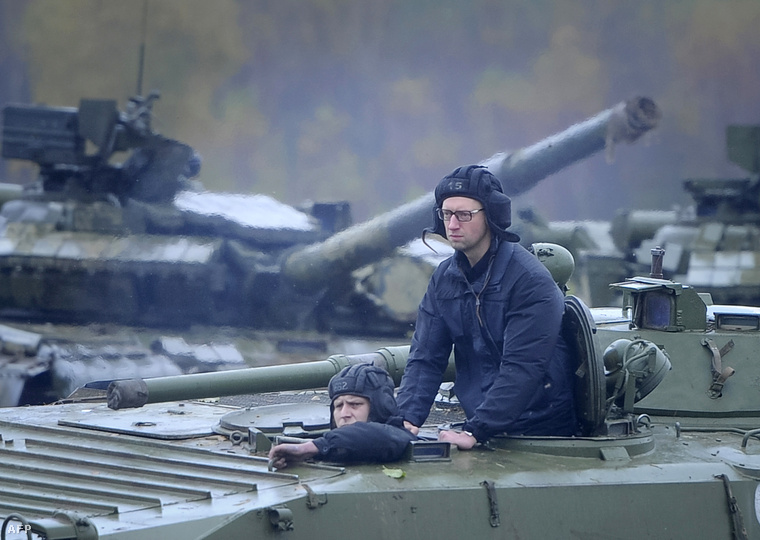 Arszenyij Jacenyuk katonai csapatszállítóban október 21-én egy Lviv környéki kaszárnyalátogatáson