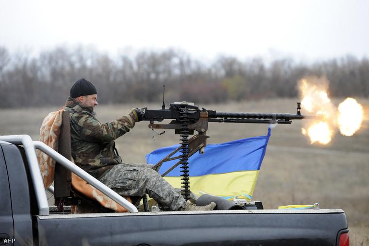 Ukrán katona tüzel oroszpárti állásokra a donyeck közeli Bugasz község határában