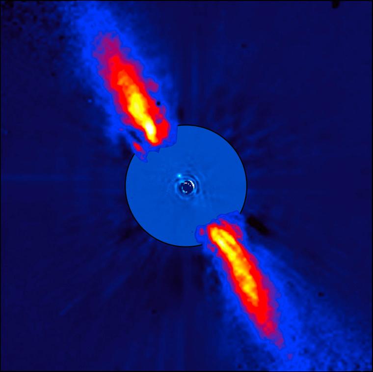 A β Pictoris közvetlen környezetét mutató, a közeli infravörösben készült felvételekből összeállított kompozit kép. A nagyon halvány részletek csak a csillag képének gondos levonása után váltak láthatóvá. A kép külső részét a porkorongon tükröződő fény rajzolja ki, amit 1996-ban észlelt az ESO 3,6 méteres távcsövén működő ADONIS műszer, míg a belső részt a VLT NACO műszerének 3,6 mikrométeres észlelései. A benne látható, nemrégiben felfedezett bolygó ezerszer halványabb a csillagnál, távolsága körülbelül 8-szorosa a Nap-Föld távolságnak. Ez 0,44 ívmásodperces szögtávolságnak felel meg, ekkorának látszana egy 1 eurós érme 10 kilométerről nézve. Mivel a bolygó még fiatal, hőmérséklete magas, mintegy 1200 °C körüli.