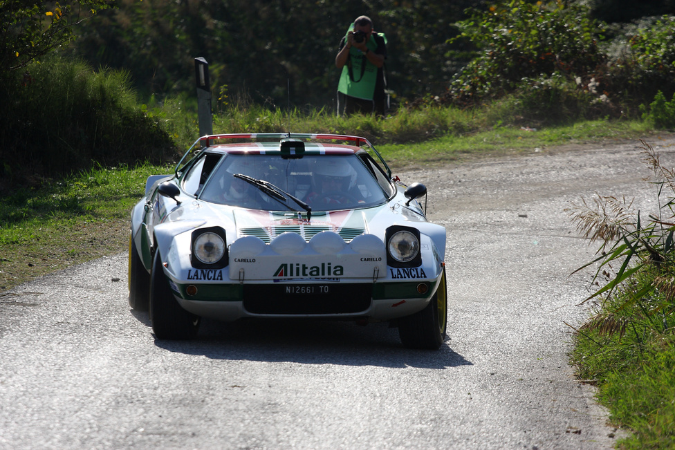 Lancia Stratos HF-ből sem csupán ez az egy volt a Legenden. Nem csoda, hisz az olasz gyár egyik legsikeresebb autójáról beszélünk, mellyel 74 és 76 között zsinórban 3 világbajnoki címet is nyertek