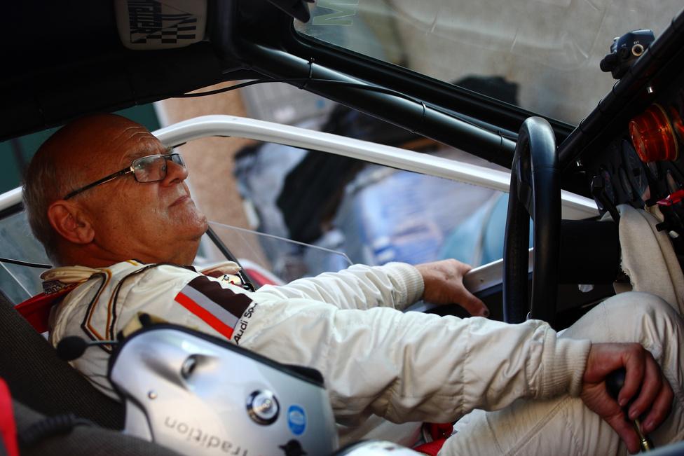Az igazi Stig. 1984 rali világbajnoka ráérősen, öregurasan várakozott Audijában