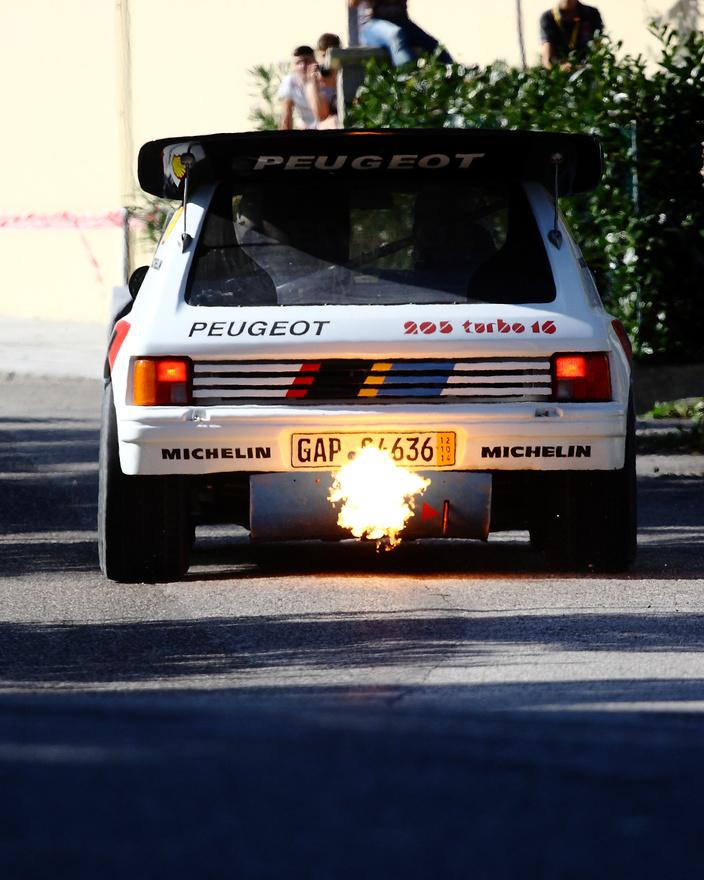 Napjainkban már ritkán látni ekkora lángcsóvákat a ralipályák szélén állva, nem úgy, mint a hőskorszakban, a B-csoport uralkodása idején. A Peugeot 205T16 Evo 2 debütálása (1984) után mindkét alkalommal világbajnokságot nyert (86'-ban szűnt meg a B-csoport): mind konstruktőri, mind egyéni értékelésben (előbb Timo Salonen majd Juha Kankkunen kezei között.) Viszonylag rövid pályafutása alatt 10 világbajnoki futamgyőzelmet szereztek ezzel az autóval