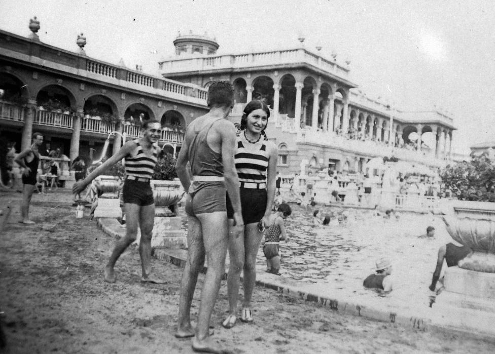 """1927-ben a Széchenyi kapott egy új szárnyat, majdnem lett itt versenyuszoda is (aztán ez mégis inkább a Császárba került) de a fő újdonság a strand volt. A korabeli indoklás szerint: .""""A legutóbbi 15 évben a szabadban való fürdés, az un. strandolás nagymértékben elterjedt, ami közegészségügyi szempontból igen örvendetes jelenség.""""                         A régi kút vízhozama már nem volt elég, ezért a harmincas években egy második artézi kutat is fúrtak, ezzel a fürdő fűtése is megoldható volt."""