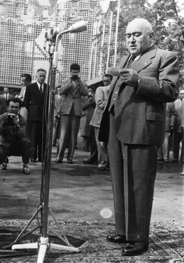 A BNV 1948. júniusi megnyitóján Rákosi elvtárs beszél. Az esemény másnapján egyesült formálisan a Kommunista és a Szociáldemokrata Párt, végképp eltemetve a többpártrendszer és a demokratikus Magyarország illúzióját. A Városliget a háborúban súlyos károkat szenvedett, '45 januárjában napokig dúltak a harcok a Ligetben, az állatkerti állatokat a katonák és az éhező lakosság jobb híján megette. A ligeti romokat teljesen csak 1949-re számolták fel.