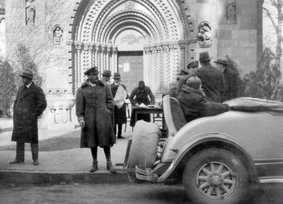 """Autóverseny állomása a Vajdahunyad váránál. 1931 tavaszán nagy autóshetet rendeztek Budapesten, városligeti központtal. A Műcsarnokban volt az autós-motoros kiállítás, de a csúcsesemény két grand prix, a nemzeti és nemzetközi csillagtúra volt. Előbbin Gibraltárról indulva, meghatározott szintidő alatt, 45 km/h-s átlagsebességgel kellett Budapestre érni. A kapcsolódó versenyen """"a Bugatti-gyár elit-teamje"""", a Peugeot-ok, Maseratik és a Mercedes-Benzzel versenyző Caracciola voltak a fő esélyesek, de a nemzetközi arisztokrácia is képviseltette magát."""