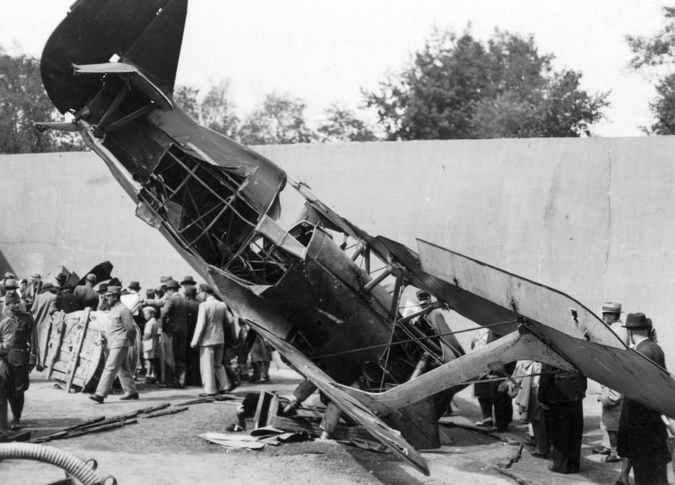 """Zsákmányolt szovjet I-15 Csajka vadászgép roncsa az 1942-es Nemzetközi Vásáron. A magyar hadidicsőség jegyében kiállított kétszárnyú """"Sirályt"""" civilek és katonák szemrevételezik, néhány hónappal a Don-kanyar előtt."""