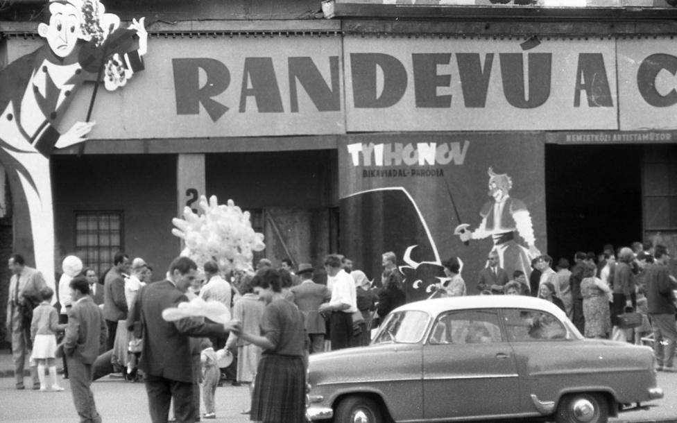 A városligeti cirkusz első aranykora még a századelőn volt. Akkor az orosz tulajdonú Beketow Cirkusz külföldön is ismert volt, maga Ferenc József kétszer is megtekintette a látványos állatszámokra épülő előadást. Ebben az időszakban még valódi bikaviadalokkal is próbálkozott egy vállalkozó a Városligetben, a második világháború után viszont már csak bikaviadal-paródia volt műsoron az államosított Fővárosi Nagycirkuszban. Ezen az 1965-ös képen még a régi cirkuszépület bejárata látható, egy évvel később megkezdték a bontását; néhány év sátorozás után '71-ben nyílt meg a ma is álló épület.