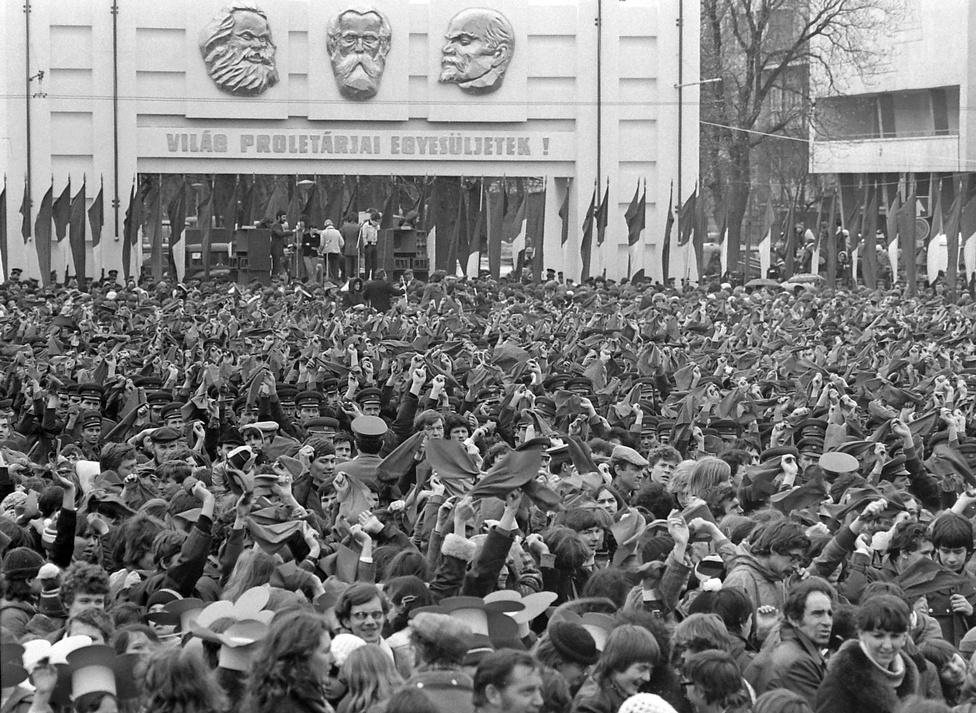 """1980. április 4-ei ünnepség a Dózsa György úton, a Gorkij fasor torkolatánál. """"Hazánk felszabadulásának 35. évfordulója"""" alkalmából katonai díszszemlét és (nem teljesen spontán) ifjúsági felvonulást tartottak. Párhuzamos különidejűség: másnap a Planetáriumban Űropera címmel megnyitották az első hazai lézer multimédia kiállítást."""