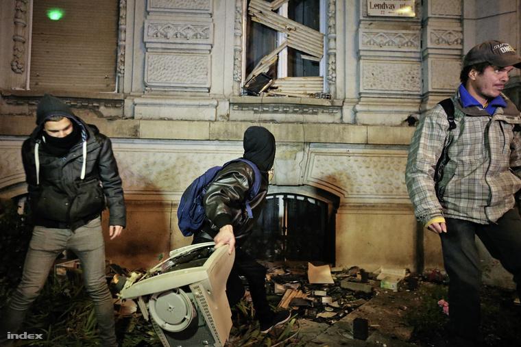 Néhány maszkot és sálat viselő tüntető viszont megdobálta velük a székházat.