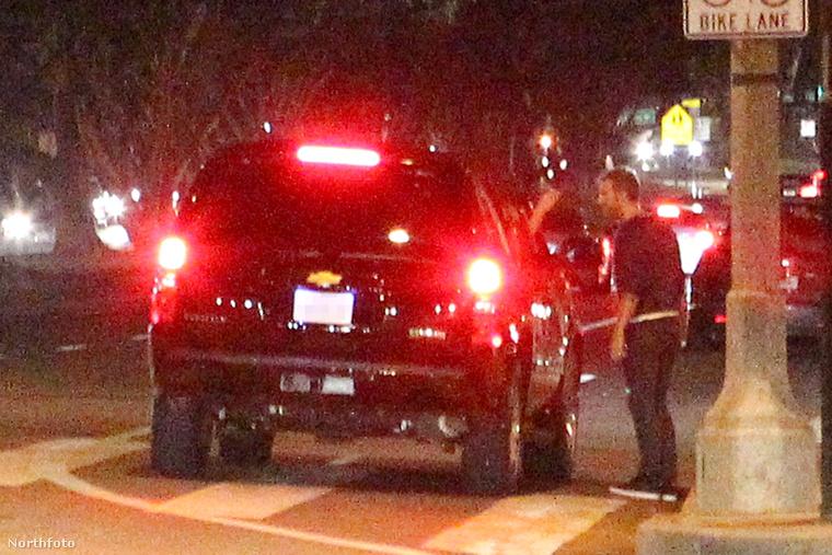 Az a kocsiból kinyúló kéz Gwyneth Paltrow-é, aki aztán megsimogatta Chris Martint!!