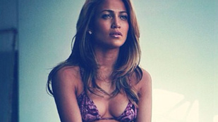 Jennifer Lopez bikiniben lamentál