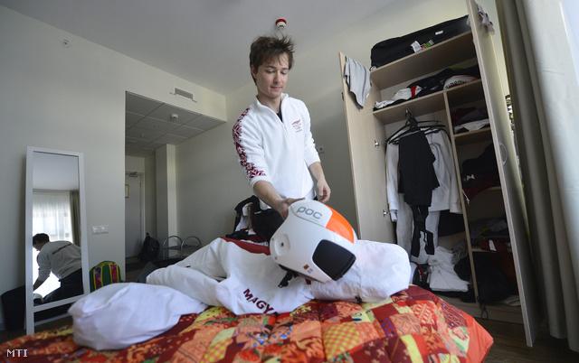 Farkas Norbert alpesi síelő pakolja ki ruháit szobájában a hegyi olimpiai faluban 2014. február 4-én három nappal a XXII. téli játékok kezdete előtt.