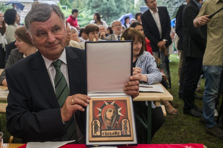 Németh Miklós a Magyar Máltai Szeretetszolgálat ( által alapított Csilla von Boeselager-díjjal