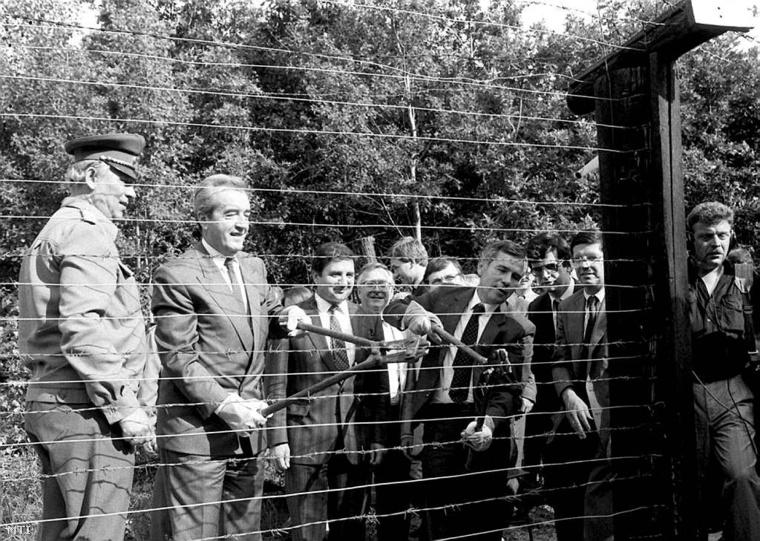 Horn Gyula Alois Mock osztrák kollégájával átvágja a vasfüggönyt (a műszaki határzárat)