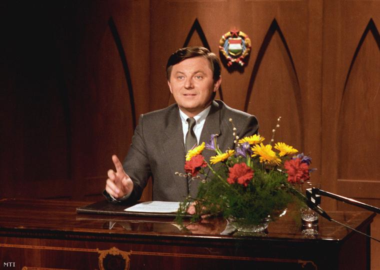 Németh Miklós, a Magyar Szocialista Munkáspárt Központi Bizottsága titkára ünnepi köszöntőt mond 1988. április 4-én, hazánk felszabadulása alkalmából a Magyar Televízió és a Magyar Rádió számára.