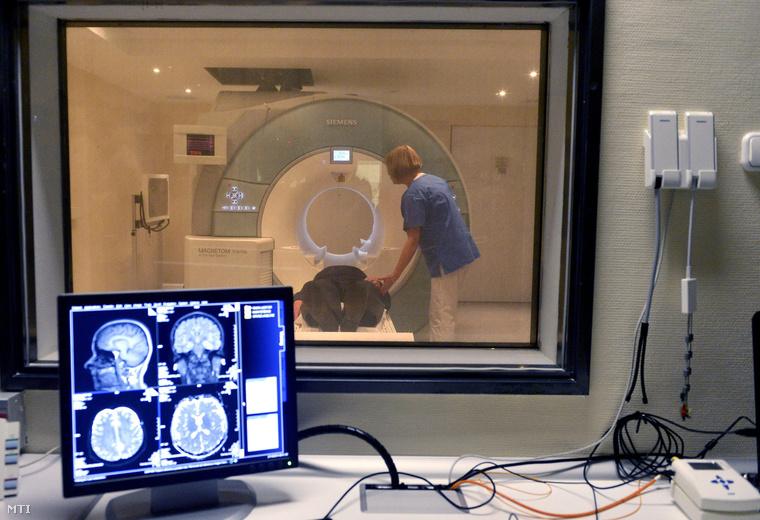 A központi forrásból vásárolt 3 teslás MR-berendezés a budapesti Országos Klinikai Idegtudományi Intézetben 2014. október 21-én.