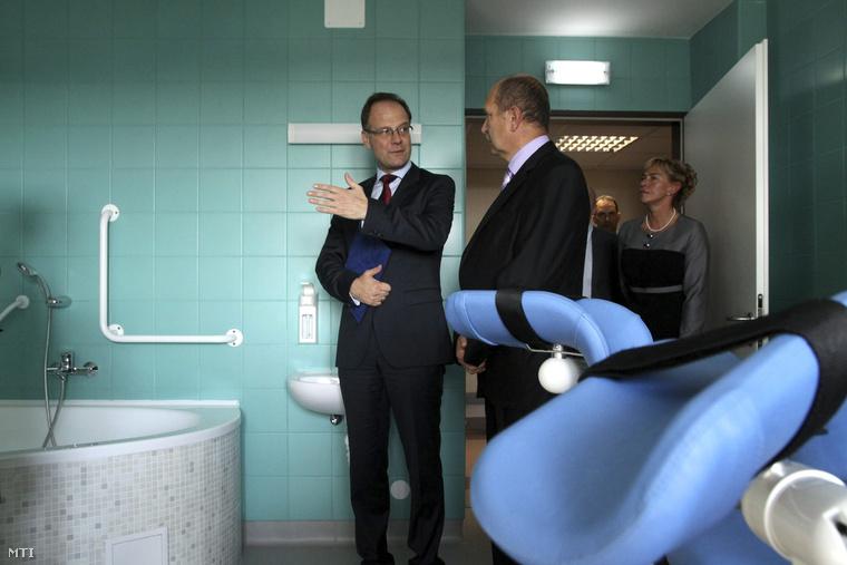 Navracsics Tibor és Rácz Jenő főigazgató a Veszprém Megyei Csolnoky Ferenc Kórház új szülőszobáinak és műtőblokkjainak átadásán 2014. október 9-én.