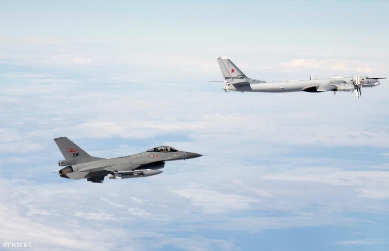Norvég F16-os vadászgép kísér egy orosz TU-95-ös bombázót