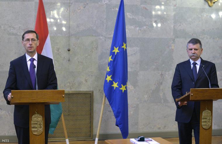 Varga Mihály nemzetgazdasági miniszter és Kövér László házelnök a 2015. évi költségvetési törvényjavaslat benyújtásán a Parlament Delegációs termében.