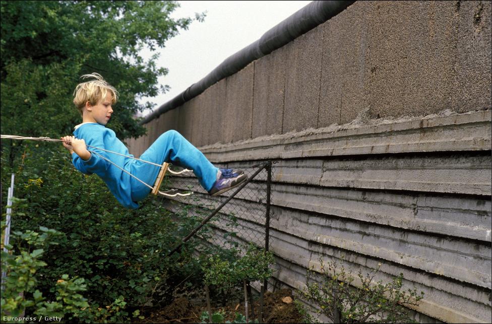 Évtizedeken át vágta ketté Berlint, és Németország a hidegháború alatt, de a berlini fal két világot is elválasztott egymástól. A magyar határnyitás azonban beindított egy olyan folyamatot, amivel 25 évvel ezelőtt már csak napokra volt a történelem a fal leomlásától.