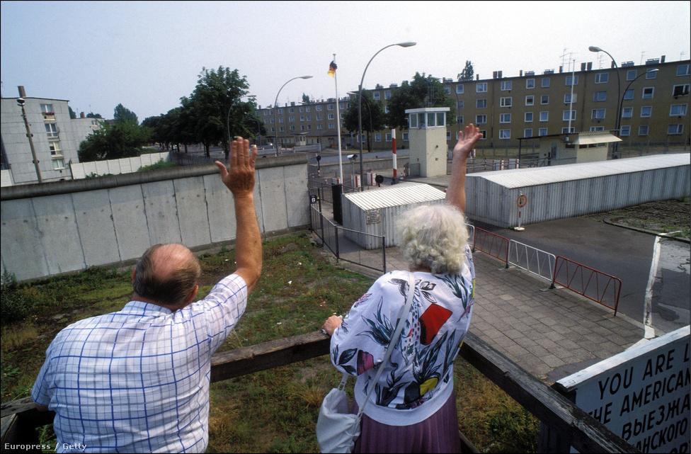 1961. augusztus 13-án, vasárnap a berliniek arra ébredtek, hogy éjszaka az utcákat drótkerítéssel zárták le, a villamos- és metróvonalakat átvágták, de még a temetők közepére is szögesdrótot húztak, a berlini fal pedig a Kelet-Európában élők elnyomásának legfontosabb jelképe lett, és 29 éves fennállása alatt mindvégig az is maradt.