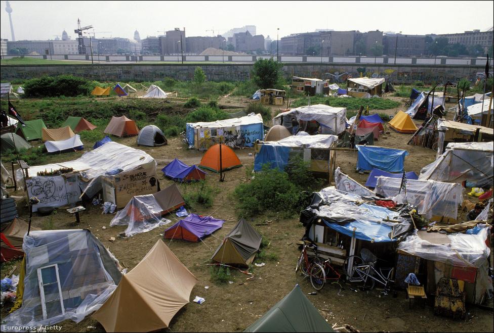 A magyar határ 1989-es megnyitása a berlini falból kivert első téglát jelentette – mondta Hans-Dietrich Genscher, az NSZK akkori külügyminisztere és alkancellárja. Szeptemberben becslések szerint 13 ezer keletnémetnek sikerült Magyarországon keresztül Ausztriába, majd pedig Nyugatra menekülnie.