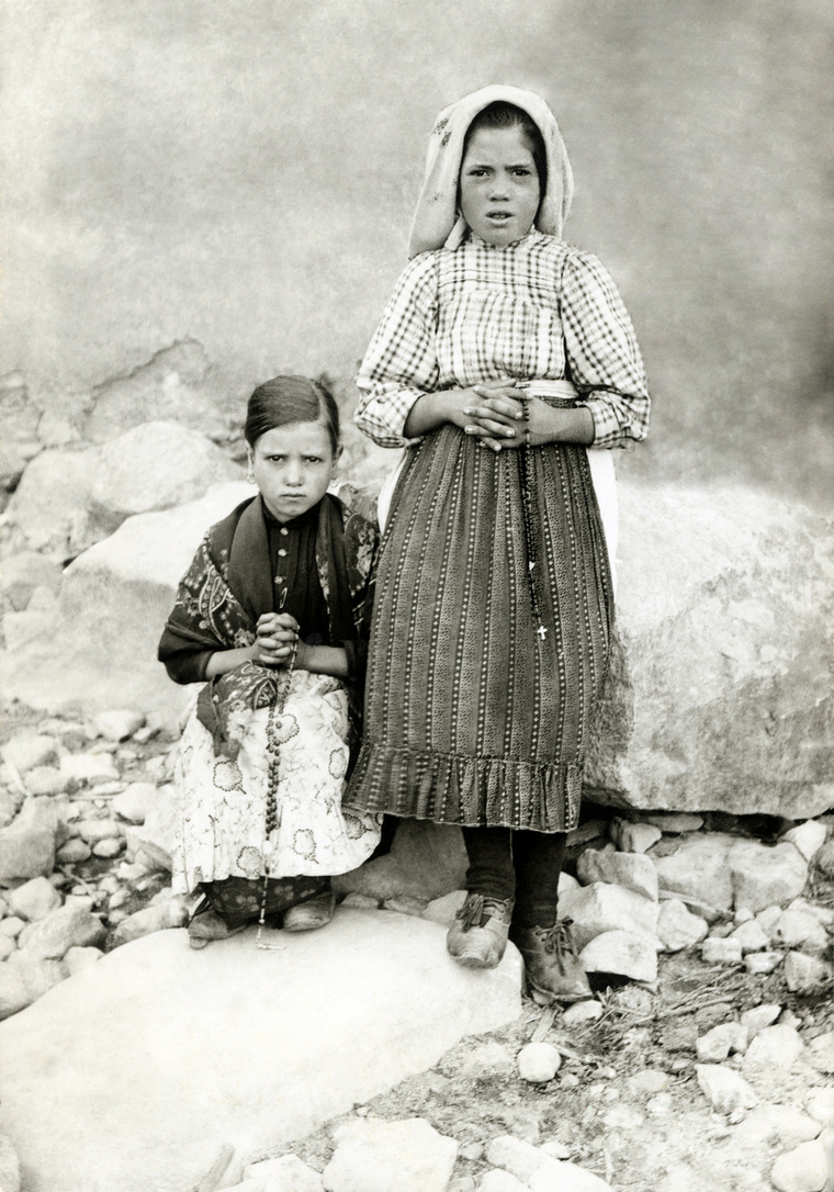 Lucia Santos a bal oldalon, mellette unokatestvére, Jacinta Marto guggol