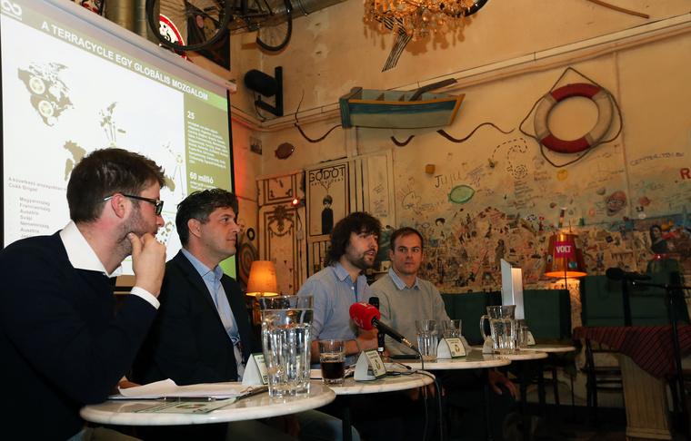 A képen balról jobbra: Böröcz László alpolgármester, Szentgyörgyvölgyi Péter polgármester, Tom Szaky, a TerraCycle alapító-igazgatója, German Dániel, a TerraCycle magyarországi vezetője