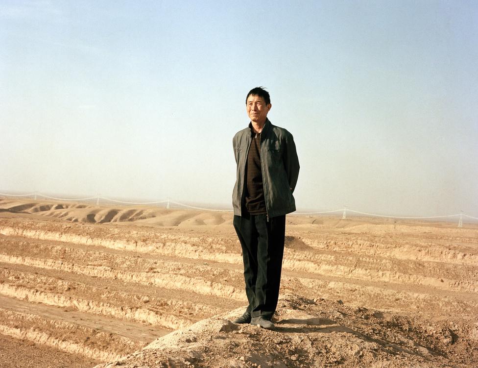 A mongol Jüan-dinasztia legyűrése után a Ming-dinasztia érthetően falépítésbe kezd. A projekt azonban aggasztóan drága és munkaerőigényes. A történelmi emlékezetben még élt a Csinek gyűlölt falépítése, ezért a Mingek kormányzati kommunikációval próbáltak szépíteni a falon. A korábbiakra használt csangcseng (hosszú fal) helyett a biancseng (határfal) névvel illették.