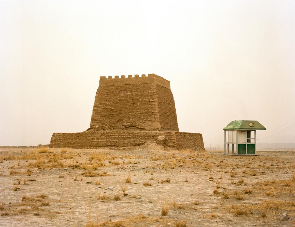 A kő mellett a döngölt föld volt a legfontosabb építőeleme a kínai falrendszernek. Az őrség szálláshelye mellett istállóként, raktárként, cellaként is szolgált.