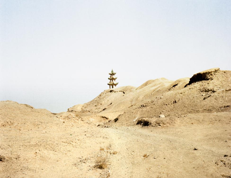 Az eső császár a hsziungnuk visszatartására fogott a fal erődítménnyé való átalakításába. A hunok őseit a Csin dinasztia harcokkal is északabbra szorította, de végső legyőzésükre csak 250 évvel később, Kr. u. 89-ben, a Han dinasztia alatt került sor.